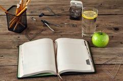 Öffnen Sie leeres Notizbuch auf hölzernem Hintergrund Stockbilder