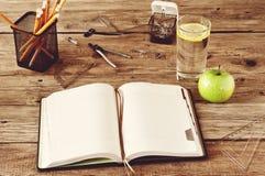 Öffnen Sie leeres Notizbuch auf hölzernem Hintergrund Lizenzfreie Stockfotografie
