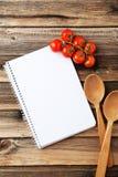 Öffnen Sie leeres Rezeptbuch auf braunem hölzernem Hintergrund Stockfoto
