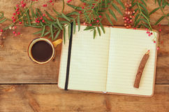 Öffnen Sie leeres Weinlesenotizbuch und hölzernen Bleistift nahe bei heißer Schale coffe über Holztisch bereiten Sie für Modell v stockfoto