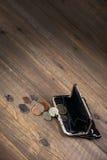 Öffnen Sie männliche schwarze lederne Geldbörse mit britischen verschiedenen Münzen stockbild