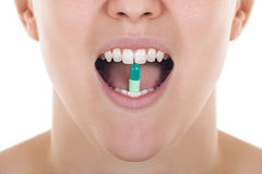 Öffnen Sie Mund mit Pille zwischen Zähnen Stockbild