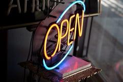 Öffnen Sie Neon kennzeichnen innen antiken Speicher Lizenzfreies Stockbild