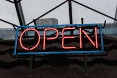 Öffnen Sie Neonzeichen Stockfotografie