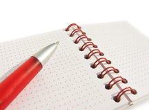 Öffnen Sie Notizblock und eine rote Feder lizenzfreie stockbilder
