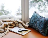 Öffnen Sie Notizblock, Vergrößerungsglasglas, Kissen, Bleistifte und beige warmen pl Stockfoto