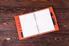 Öffnen Sie Notizbuch auf dem Tisch die Beschaffenheit stockbilder