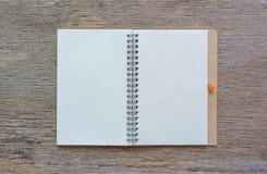 Öffnen Sie Notizbuch auf hölzernem Hintergrund Stockfoto