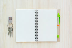 Öffnen Sie Notizbuch auf hölzernem Hintergrund mit Stift Stockfoto