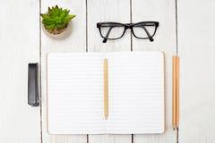 Öffnen Sie Notizbuch für Anmerkungen und Briefpapier auf einem Holztisch Educat Lizenzfreie Stockbilder