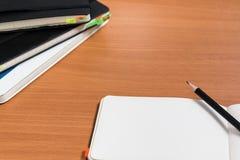 Öffnen Sie Notizbuch mit Bleistift Stockfotos