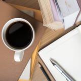 Öffnen Sie Notizbuch mit Buch und Kaffeetasse Lizenzfreie Stockfotografie