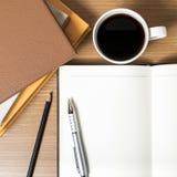 Öffnen Sie Notizbuch mit Buch und Kaffeetasse Lizenzfreie Stockfotos