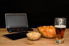 Öffnen Sie Notizbuch mit dem ungesunden Snack, der auf schwarzem Hintergrund lokalisiert wird Lizenzfreie Stockfotografie
