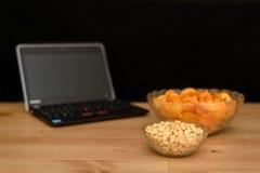 Öffnen Sie Notizbuch mit dem ungesunden Snack, der auf schwarzem Hintergrund lokalisiert wird Stockfoto
