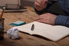 Öffnen Sie Notizbuch mit einem Stift auf einem Holztisch Stockbild
