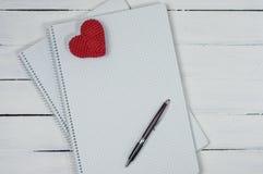 Öffnen Sie Notizbuch mit einem Stift auf einer weißen Holzoberfläche Stockfotos