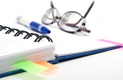 Öffnen Sie Notizbuch mit Gläsern Stockfoto