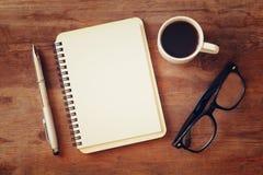 öffnen Sie Notizbuch mit Leerseiten nahe bei Tasse Kaffee Lizenzfreie Stockbilder