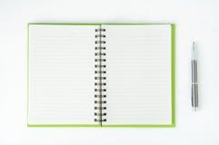 Öffnen Sie Notizbuch mit metallischem Kugelschreiber Lizenzfreie Stockfotografie