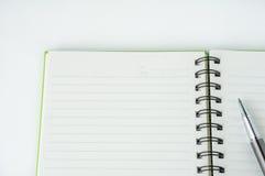 Öffnen Sie Notizbuch mit metallischem Kugelschreiber Stockbilder