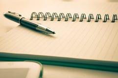 Öffnen Sie Notizbuch mit metallischem Kugelschreiber und Tablette Lizenzfreie Stockfotos