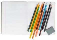 Öffnen Sie Notizbuch mit Satz von Zeichenstiften und von Radiergummi Stockfotos