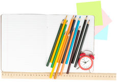 Öffnen Sie Notizbuch mit Satz von Zeichenstiften und von Wecker Stockfotos