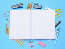 Öffnen Sie Notizbuch mit Schulbedarf Stockfotos