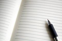 Öffnen Sie Notizbuch mit Stift Stockfotos