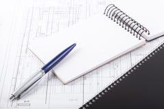 Öffnen Sie Notizbuch mit Stift Stockfoto