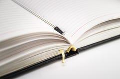 Öffnen Sie Notizbuch mit Stiftnahaufnahme auf einem weißen Hintergrund foto Lizenzfreie Stockbilder