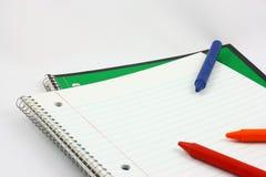 Öffnen Sie Notizbuch mit Zeichenstiften Stockfotografie