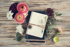 Öffnen Sie Notizbuch- und Blumendekor Stockfoto