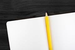 Öffnen Sie Notizbuch und gelben Bleistift auf Holztisch, Draufsicht, Templa Lizenzfreies Stockfoto
