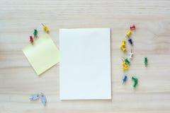 Öffnen Sie Notizbuch und klebrige Anmerkung über hölzernen Hintergrund Lizenzfreie Stockfotos