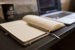 Öffnen Sie Notizbuch und Laptop Stockfotografie