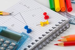 Öffnen Sie Notizbuch und Schulbedarf auf weißem Hintergrund Lizenzfreie Stockfotografie