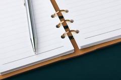 Öffnen Sie Notizbuch und silberne Feder Stockbild
