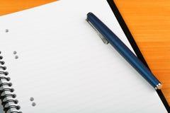 Öffnen Sie Notizbuch und Stift für das Schreiben Lizenzfreie Stockbilder