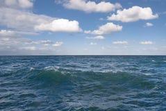 Öffnen Sie Ozean mit bewölktem Himmel. Lizenzfreies Stockbild