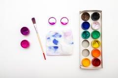 Öffnen Sie Paintboxgouachefarben mit Bürste und Palette Stockbilder