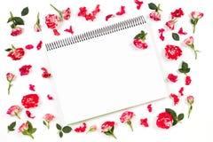 Öffnen Sie Papiernotizbuch und rosafarbenen Rahmen Flache Lage, Draufsicht Stockfotos