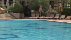 Öffnen Sie Pool im komplexen Wohnsmaragd auf der Schwarzmeerküste in Ravda, Bulgarien stock video footage