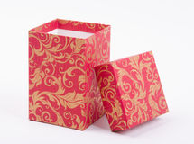 Öffnen Sie rote Geschenkbox mit goldenem Muster Stockfotografie
