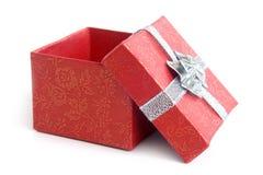 Öffnen Sie roten Geschenkkasten mit silbernem Farbband Stockbild