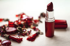 Öffnen Sie roten Lippenstift mit Halskette auf weißem Hintergrund Fokus auf Lippenstift Schönheits-Make-upkonzept Lizenzfreies Stockfoto
