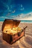 Öffnen Sie Schatztruhe auf dem Strand Lizenzfreies Stockbild