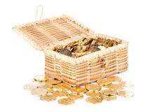 Öffnen Sie Schatztruhe mit Geld auf Weiß Stockbilder