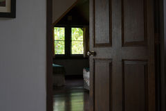 Öffnen Sie Schlafzimmerholztür Stockfotos